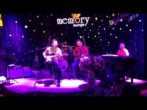 Danh hài Chí Tài trổ tài đàn, hát tại Memory Lounge ngày 27/1/2014