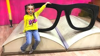 Маша в детском музее гигантских предметов. Children's Museum of giant toys