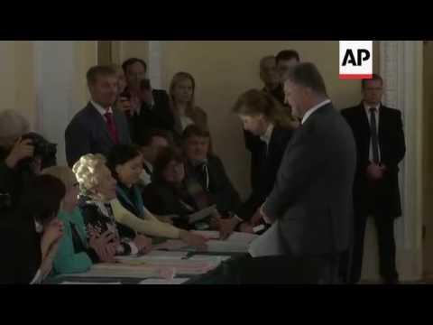 Poroshenko votes in Ukraine regional elections