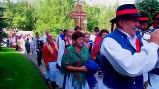 DOŻYNKI GMINNE GRÓDEK 2017-Wejście zespołów do kościoła