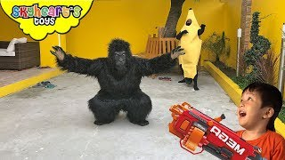 ANGRY GORILLA escapes from zoo truck | Skyheart's Toys Nerf War Big Foot Monster King Kong Fight