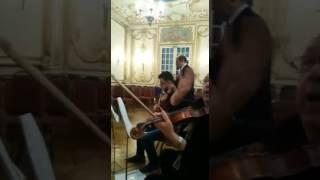 بالفيديو| هاني شاكر ينتهي من بروفات حفله الغنائي الخيري في لندن