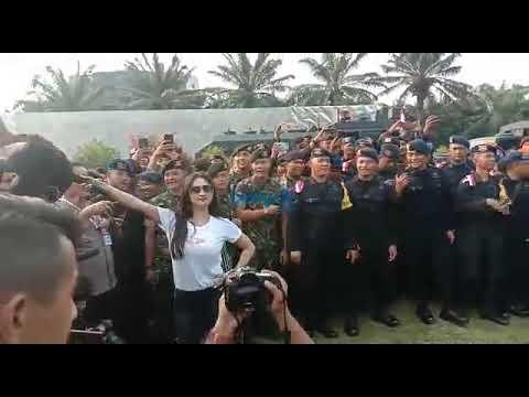 Begini Aksi Dewi Perssik Hibur Petugas Keamanan Jelang Pelantikan Presiden