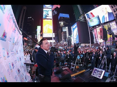 Shwekey at the giant Cteen event at Times Square