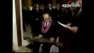 江澤民演奏夏威夷吉他[Jiang Zemin Playing Hawaiian Guitar]