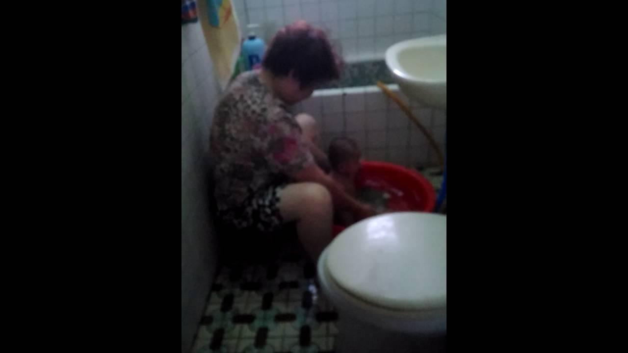 媽媽幫6個月的妹妹洗澡