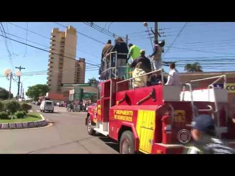 Judoca de Rolândia, Rafael Silva desfila pela cidade em cima do caminhão do corpo de bombeiros