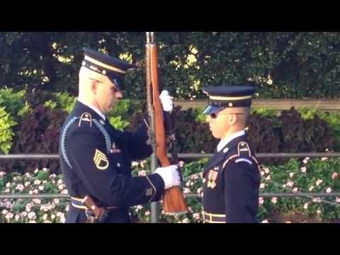 Cambio de Guardia. Cementerio de Arlington. Changing of The Guard. Tomb of the Unknow Soldier.