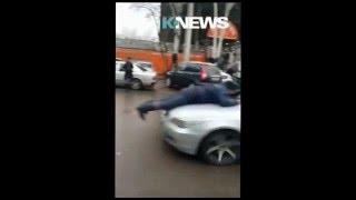 """Водитель """"прокатил"""" сотрудника ДПС на капоте в центре Бишкека"""