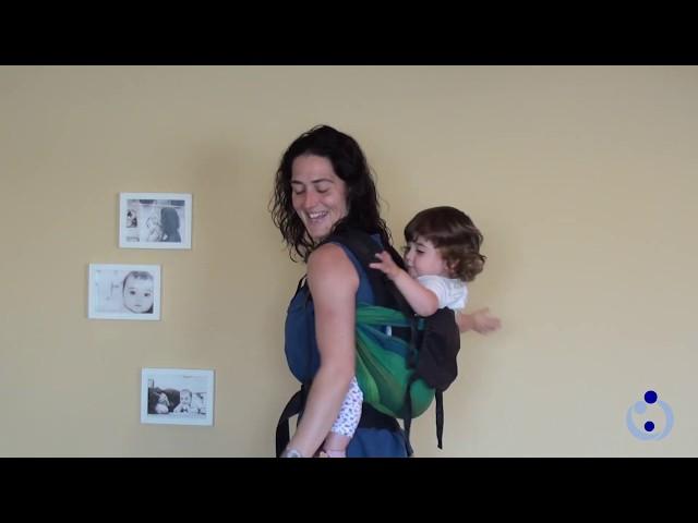 Dos formas de pasar el bebé en la mochila a la espalda