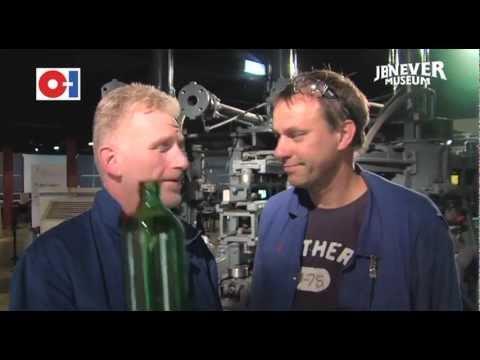 Flessen maken bij Glasfabriek O-I in Schiedam.