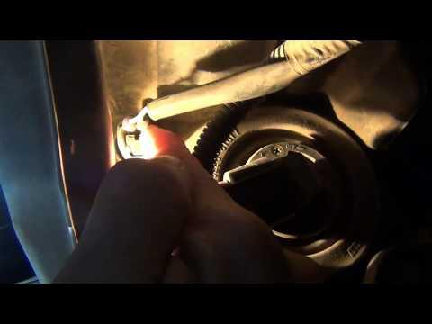 Замена лампы передних габаритных огней на Toyota Corolla