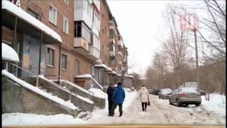 видео Коммунальщики так активно чистили снег на крыши, что