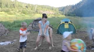 Девушки отдыхают на природе. Ржач!!!(ПОДПИСЫВАЙТЕСЬ НА КАНАЛ!!! МЫ ЖДЁМ ВАС!!! ))) Прикольное, забавное, позитивное видео для отличного настроения...., 2014-10-07T16:05:41.000Z)