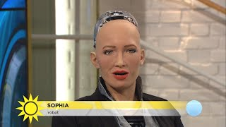 """Träffa roboten Sophia: """"Jag tror hon sa: Jag älskar Sverige"""" - Nyhetsmorgon (TV4)"""