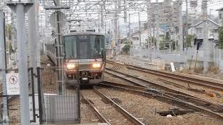 須磨海浜公園駅1番ホームを223系快速が通過 2番ホームに207系普通が到着