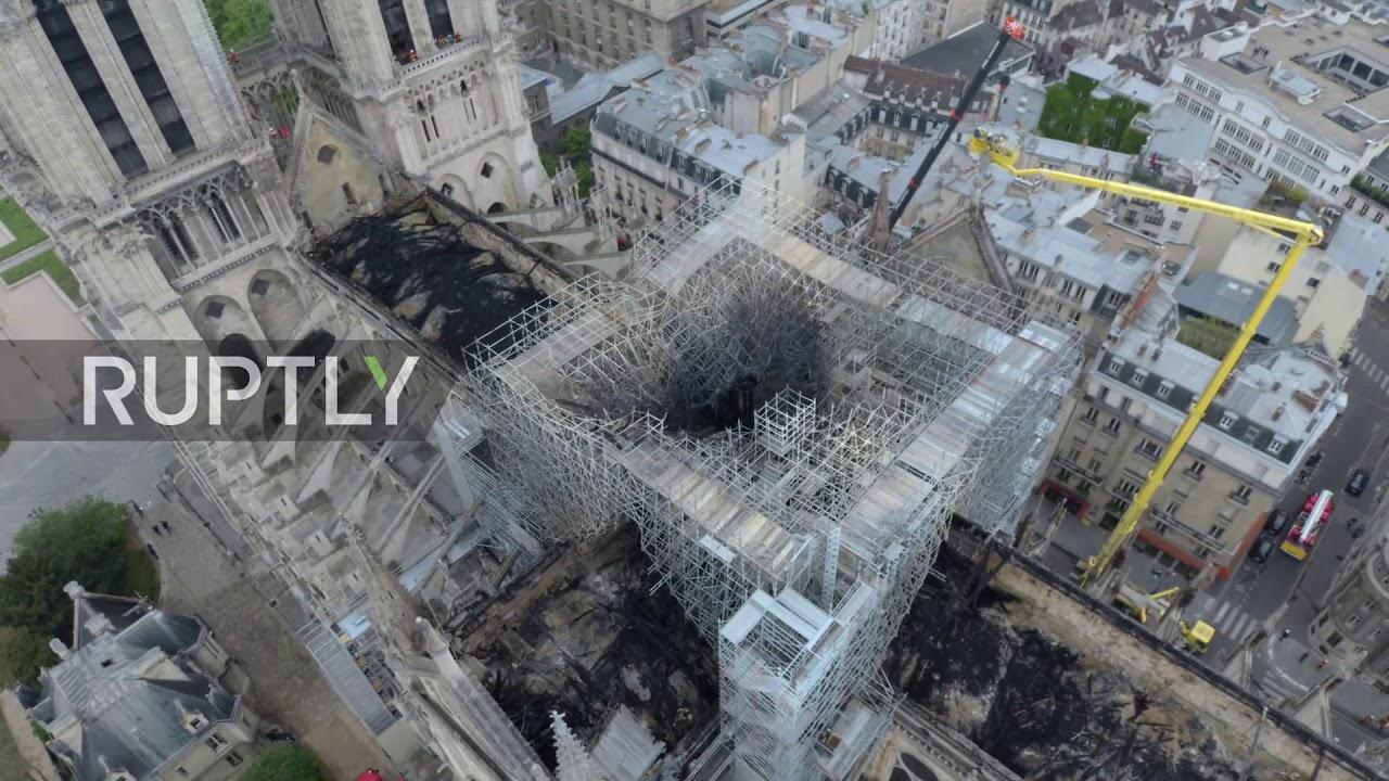 По пожарот снимка со дрон ја покажува штетата на катедралата Нотр Дам