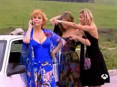 Bea, Ana y Leonor intentando cambiar una rueda
