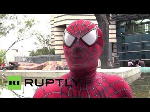 Un profesor universitario da clases disfrazado de Spiderman para que sus alumnos no se aburran