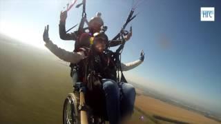 Новосибирская девушка в инвалидной коляске летает на параплане