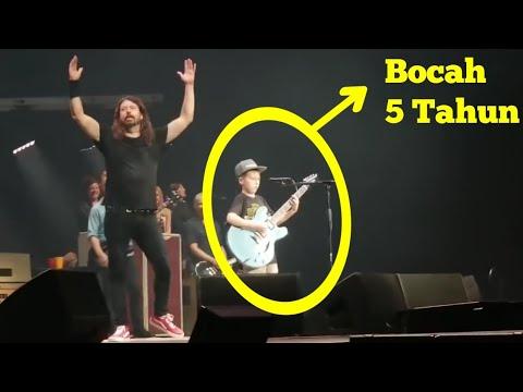 Viral! Awalnya Ditertawakan, Bocah 10 Tahun Mainkan Gitar Lagu Metallica Bikin Heboh Di Foo Fighters