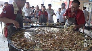 农村市场搞活动,大锅菜免费吃,啤酒随便喝,炖一锅够600人吃