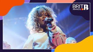 Download lagu Rihanna - We Found Love (Live at The BRITs 2012)