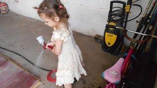 Детские забавы/Обучение маленькой младшей дочки малярному делу с юнных лет