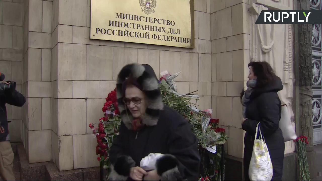 В Москве несут цветы к зданию МИД России в память о Виталии Чуркине
