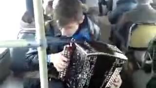 парень играет бумер на гармошке