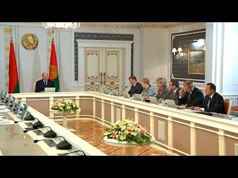 В Беларуси нужно всячески поднимать социальный престиж материнства и многодетных семей - Лукашенко