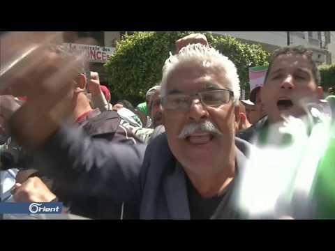 آلاف الجزائريين يتظاهرون رفضا لاستمرار رموز النظام السابق في الحكم