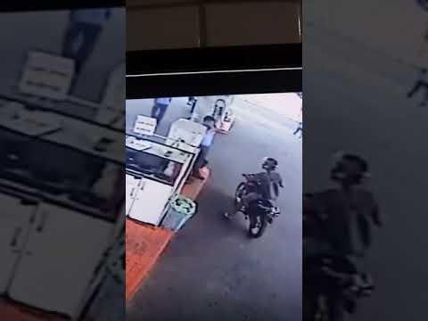 Motoqueiro faz arrastões em postos de combustíveis de João Pessoa e assalto é filmado; assista