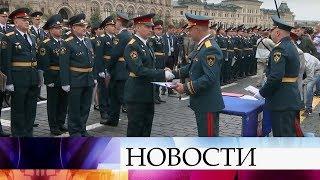 На Красной площади выпускникам вузов МЧС вручили дипломы.