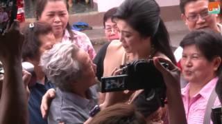 بالفيديو.. رئيسة وزراء تايلاند السابقة تجوب الشوارع