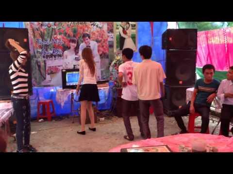 Cô gái nhảy bốc lửa trong đám cưới ở Bắc Giang
