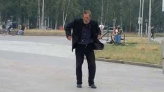 Нижневартовск Танцующий бородатый мужик 08.08.2013.г.(Этот мужик похож на того самого мужика который бежит за машиной и танцует а может это он и есть..., 2013-08-08T17:35:10.000Z)