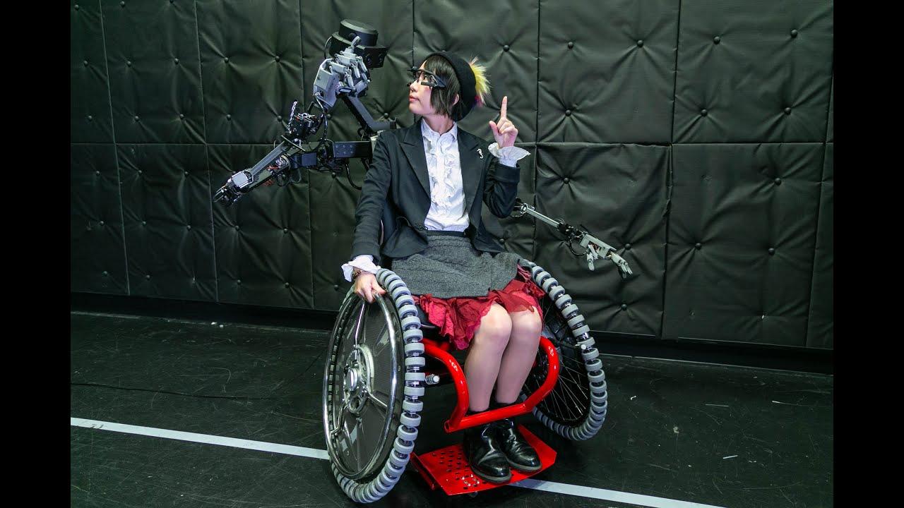 Инвалидную коляску оснастили дистанционно управляемыми роборуками