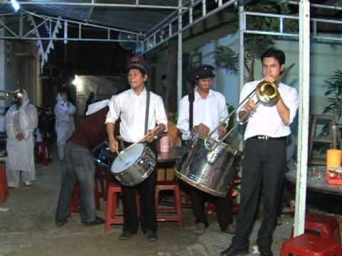 Nhac sy Hoang Phuc dam tang me ( dang com cung )