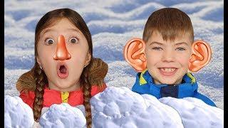 Ринат и Доминика играют со снегом и лепят снеговика