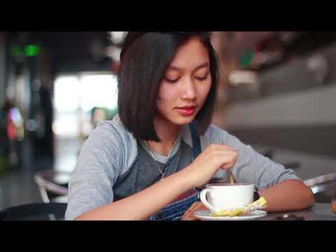 Nerissa sedang ngopi di Valencia Bakery Resto & Cafe Pasuruan