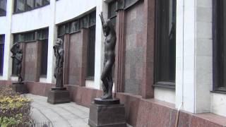 Скульптура ''Музыка'' у входа в Российскую Национальную Библиотеку. Санкт-Петербург