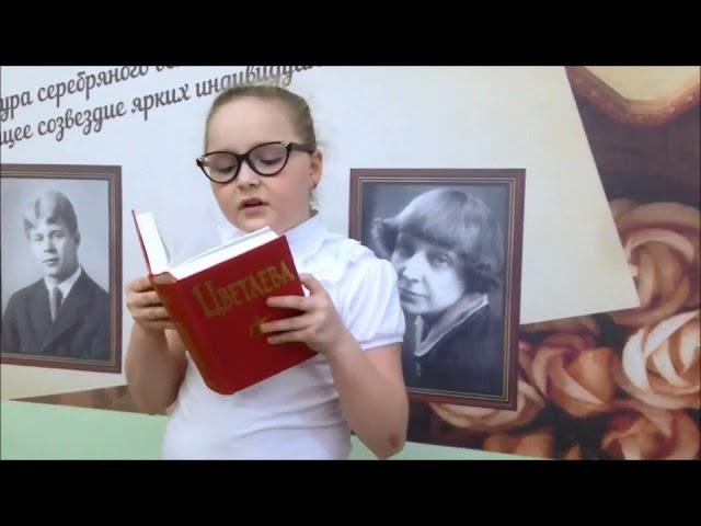 Изображение предпросмотра прочтения – ВалерияЩербакова читает произведение «Книги в красном переплете» М.И.Цветаевой