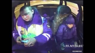 Полицейские общаются с потерявшимся ребенком