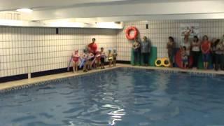 Jose Y Laura Aprenden a nadar en la piscina con Marvin