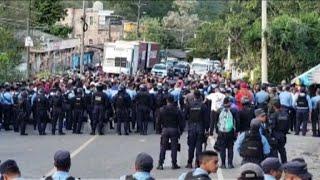Honduran migrants cross into Guatemala despite police barrier