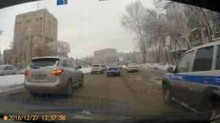 Машина МВД припаркована вторым рядом. Самара. ул. Гагарина