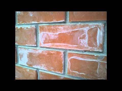 Чем убрать высолы с кирпичной стены