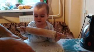 Ребенок 1.3года делает пирог просто шеф повар