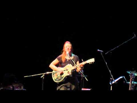 "Del Rey performs ""Memphis Minnie"" live in Kelowna, BC (2012-01-27)"